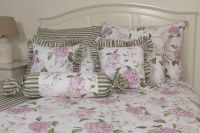Krepové posteľné prádlo sedliackeho štýlu so vzorom hortenzie a prúžkov ladené do zelenej farby