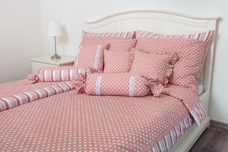 Obliečky vidieckeho štýlu ružovej farby s motívom bodiek a po stranách prúžky český výrobce