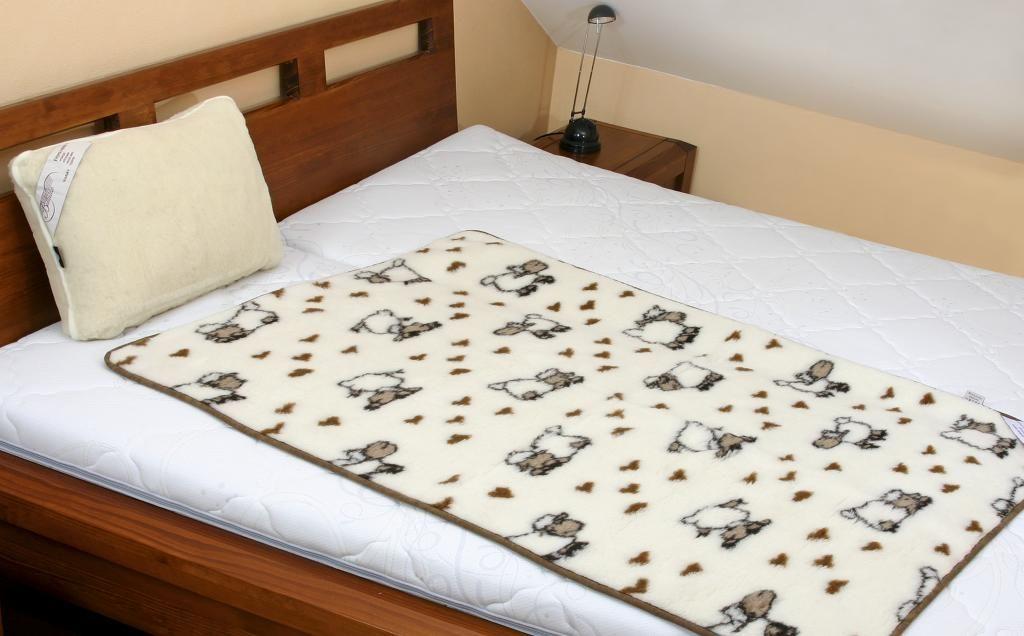 Pekná vlnená deka v hnedej a bielej farbe s motívom ovečiek